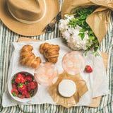 玫瑰酒红色,草莓,新月形面包,咸味干乳酪乳酪,方形的庄稼平位置  图库摄影