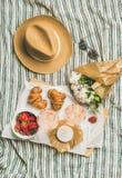 玫瑰酒红色,草莓,新月形面包,咸味干乳酪乳酪,牡丹平位置开花 免版税库存照片