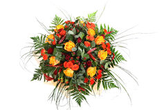 玫瑰,混杂的颜色,与蕨的花卉构成花束,是 免版税图库摄影