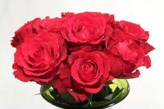 玫瑰,红色花花束在一个绿色花瓶的 免版税库存照片