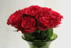 玫瑰,红色花花束在一个绿色花瓶的 库存照片