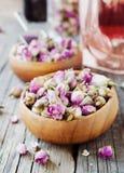 玫瑰,茶, karkade的小干燥芽,在木碗,选择聚焦 免版税库存照片