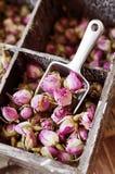玫瑰,茶, karkade的小干燥芽,在木箱,选择聚焦 库存照片