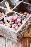 玫瑰,茶, karkade的小干燥芽,在木箱,选择聚焦 免版税库存照片