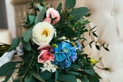 玫瑰,蓝色和白色flowes美妙地装饰的花束  免版税库存图片