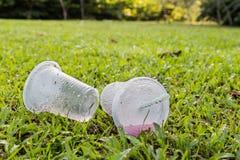 环境不友好的非生物可分解的PVC杯子废弃物在公园 库存图片