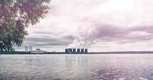 环境保护概念 储水箱的核电站 烟 库存照片