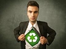 环境保护者撕毁衬衣的商人与回收标志 库存图片