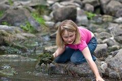 环境女孩帮助 库存照片