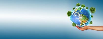环境的生态概念与树的耕种的在地面上的在手上 背景地球充分的行星星形 实际 免版税库存图片