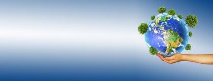 环境的生态概念与树的耕种的在地面上的在手上 背景地球充分的行星星形 实际 免版税图库摄影