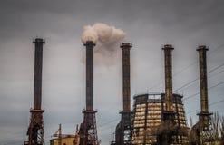 环境的破坏 一个化工厂的烟窗 图库摄影