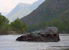 环境美化与一块大石头在水中 库存图片