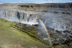 环境美化与与一条双重彩虹的巨大的黛提瀑布瀑布,冰岛 库存照片