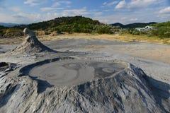 环境美化与与小爆发和山的泥火山 库存照片