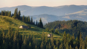 环境美化与喀尔巴阡山脉的倾斜的小屋在乌克兰 库存照片