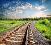 环境美化与在一个绿色领域中的一条铁路 免版税库存图片