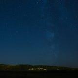环境美化与在夜空背景的小山和 免版税库存图片