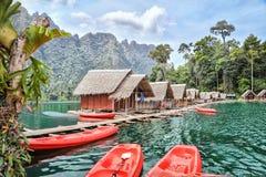 环境美化与在水的小木大厦 免版税库存图片