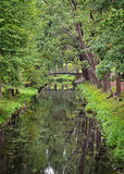 环境美化与在渠道的一座桥梁在宫殿公园 免版税库存图片
