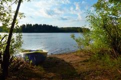 环境美化与在湖的小船在夏天晚上 库存图片