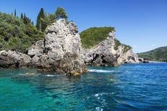 环境美化与天蓝色的清楚的海和岩石, Paleokastritsa,科孚岛,希腊 免版税库存照片