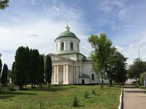 环境美化与对此的古希腊教会美好的天在涅任,乌克兰 库存图片