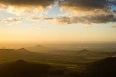 环境美化与早晨金黄光之前照亮的城堡剪影 库存图片