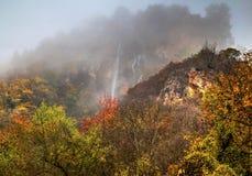 环境美化与山瀑布和五颜六色的秋天森林 库存照片