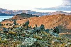 环境美化与岩石和湖日落背景的 免版税库存图片