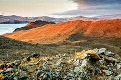 环境美化与岩石和湖日落背景的 图库摄影