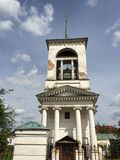 环境美化与希腊样式的被破坏的教会在涅任,乌克兰 库存图片