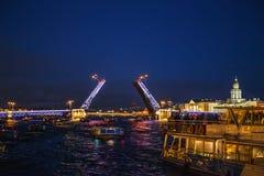 环境美化与开放宫殿桥梁,从内娃河的看法从小船,在圣彼德堡 免版税库存照片