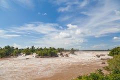环境美化与急流在Khone Phapheng瀑布,南老挝 库存图片