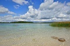 环境美化与有透明黏土底部的一个湖在圣皮特附近 图库摄影