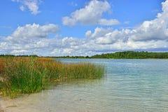 环境美化与有透明黏土底部的一个湖在圣皮特附近 免版税库存照片