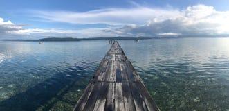 环境美化与木码头在kri海岛,王侯ampat archipelag 免版税库存照片