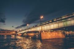 环境美化与桥梁在晚上,从内娃河的看法在圣彼德堡 库存照片