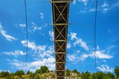 环境美化与步行桥在河Uvac峡谷 免版税库存照片