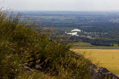 环境美化与河,湖,森林,领域 从山Toratau的看法 免版税库存照片