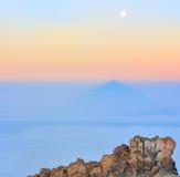 环境美化与泰德峰的石头、阴影和月亮 免版税库存图片