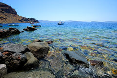 环境美化与渔船和美丽的Agean海 免版税库存照片