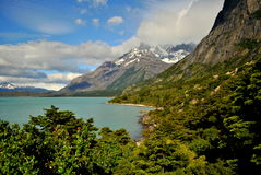 环境美化与湖和山在托里斯del潘恩 库存照片