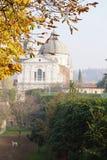 环境美化与狗、大教堂的圆顶和公园为 免版税库存图片