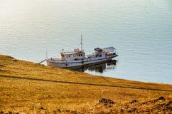 环境美化与船和湖日出背景的 库存图片
