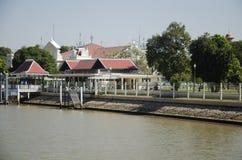 环境美化与轰隆Pa码头在宫殿在昭拍耶河 免版税库存图片