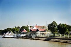 环境美化与轰隆Pa码头在宫殿在昭拍耶河 库存图片