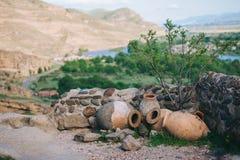 环境美化与酒的陶瓷油罐在山背景户外 库存照片