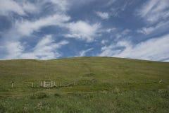 环境美化与青山和木门和被覆盖的天空 免版税库存照片