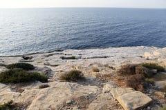 环境美化与水和岩石在Thassos海岛,希腊 免版税库存照片